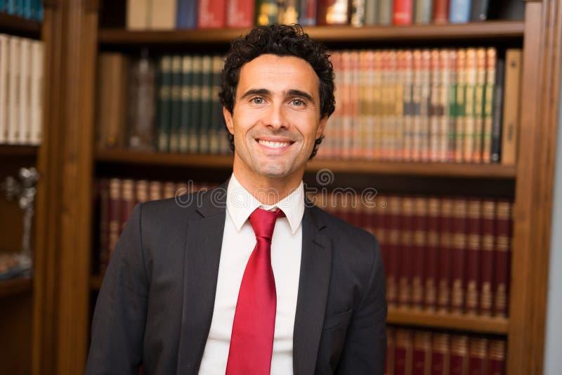 Επιτυχής δικηγόρος στο στούντιό του στοκ φωτογραφία