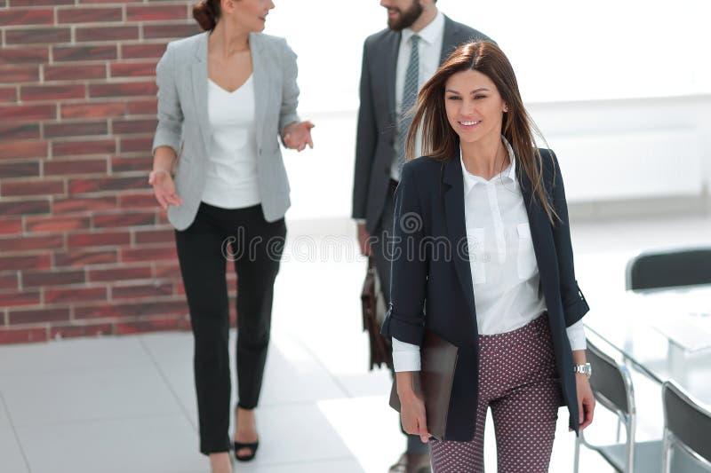 Επιτυχής νέα γυναίκα στον εργασιακό χώρο στο γραφείο στοκ εικόνα με δικαίωμα ελεύθερης χρήσης