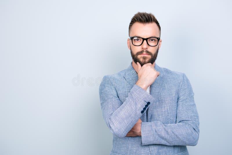 Επιτυχής νέος βάναυσος γενειοφόρος brunet τραπεζίτης στην επίσημη ένδυση και στοκ φωτογραφίες με δικαίωμα ελεύθερης χρήσης