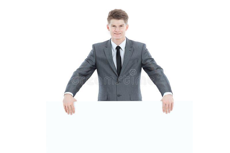 Επιτυχής νέος επιχειρηματίας με το κενό έμβλημα η σκούπα απομόνωσε το λε&u στοκ εικόνα