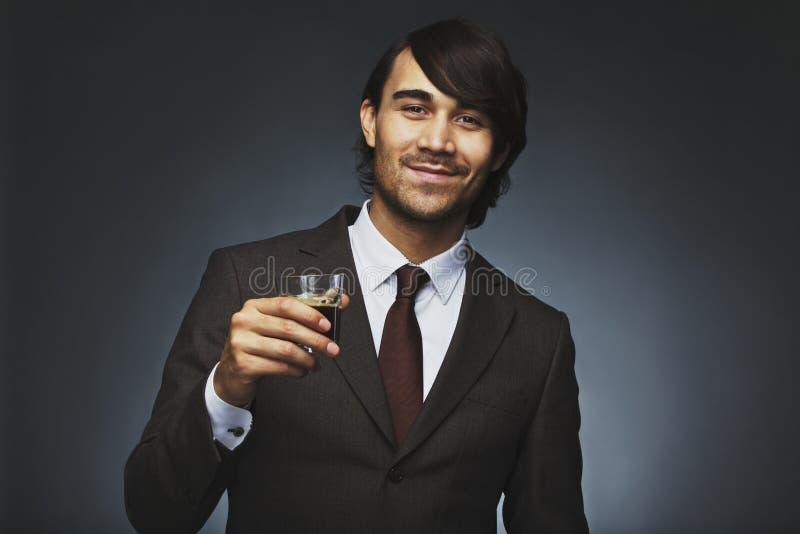 Επιτυχής νέος επιχειρηματίας που έχει το μαύρο καφέ στοκ εικόνες