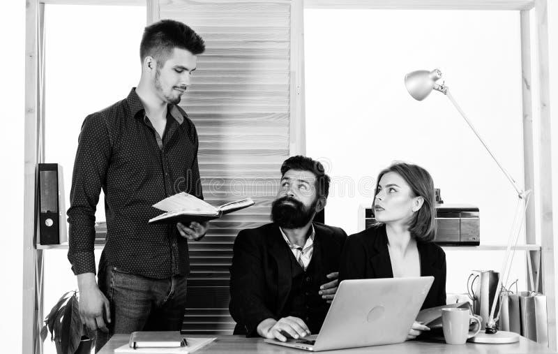 Επιτυχής ομάδα Επαγγελματική ομάδα στην εργασία Ομάδα ανθρώπων που κάνει τη μεγάλη επιχειρησιακή συζήτηση κατά τη διάρκεια της συ στοκ εικόνες με δικαίωμα ελεύθερης χρήσης