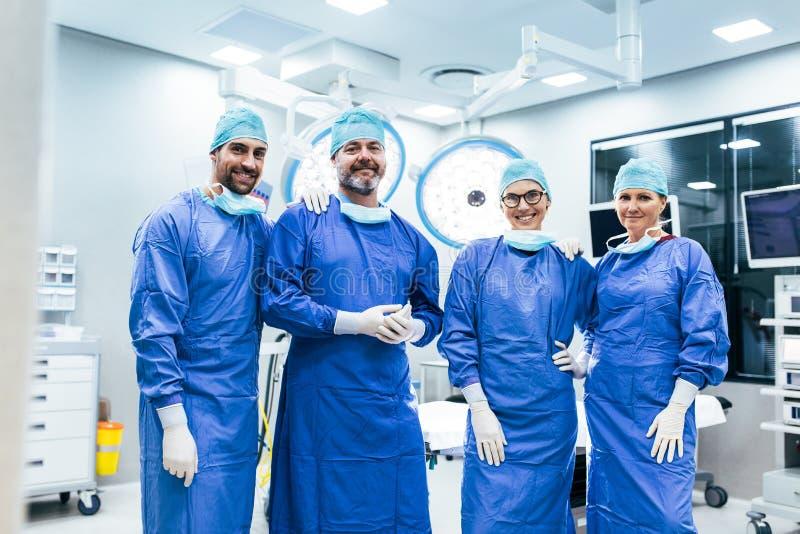 Επιτυχής ομάδα του χειρούργου που στέκεται στο λειτουργούν δωμάτιο στοκ φωτογραφία με δικαίωμα ελεύθερης χρήσης