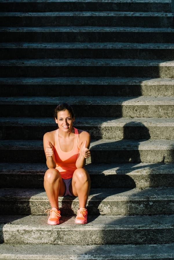 Επιτυχής συνεδρίαση γυναικών ικανότητας στα αστικά σκαλοπάτια στοκ φωτογραφία με δικαίωμα ελεύθερης χρήσης