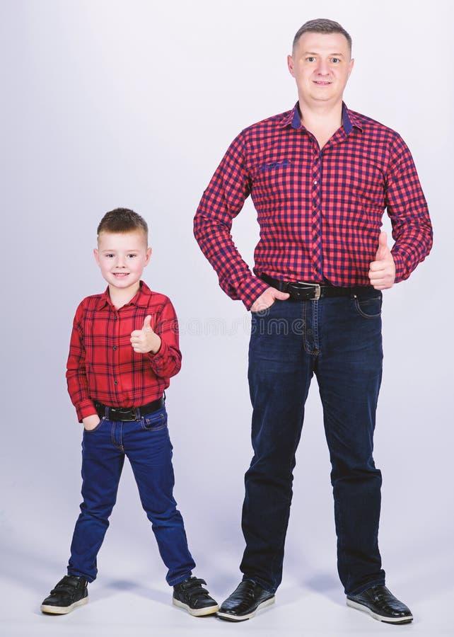 Επιτυχία αντίχειρας επάνω στη χειρονομία r r o _ πατέρας και γιος στο κόκκινο ελεγμένο πουκάμισο στοκ εικόνες με δικαίωμα ελεύθερης χρήσης