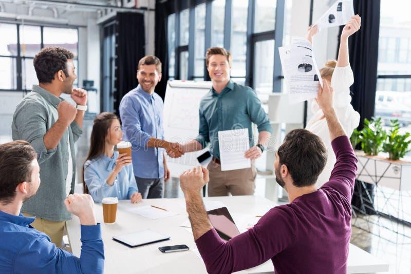 Επιτυχία εορτασμού επιχειρησιακών ομάδων μαζί στον εργασιακό χώρο στην αρχή στοκ εικόνες