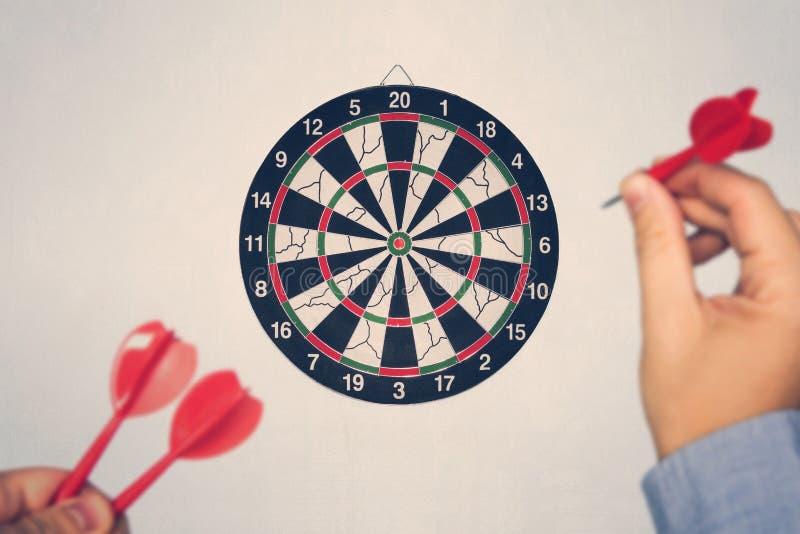 Επιτυχία επιχειρησιακής εκπαίδευσης και έννοια στόχων Κλείστε επάνω ένα χέρι στοχεύει στο πράσινο βέλος βελών προς το κέντρο του  στοκ εικόνες