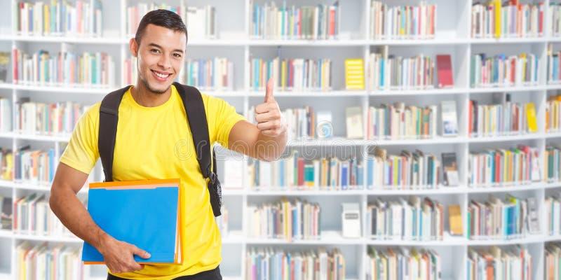 Επιτυχείς αντίχειρες επιτυχίας σπουδαστών επάνω εμβλημάτων copyspace μαθαίνοντας χαμογελώντας ανθρώπους βιβλιοθηκών αντιγράφων στ στοκ φωτογραφίες με δικαίωμα ελεύθερης χρήσης