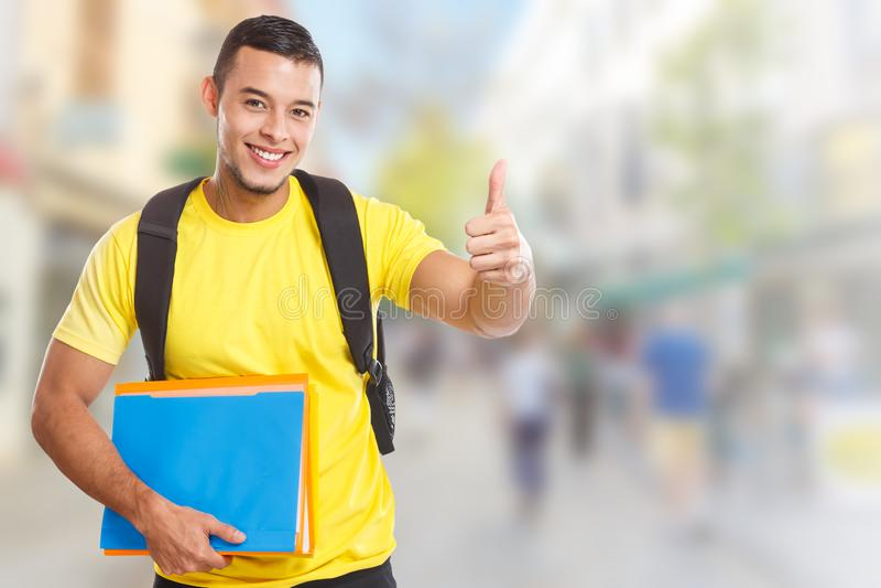 Επιτυχείς αντίχειρες επιτυχίας σπουδαστών που χαμογελούν επάνω το διάστημα πόλης copyspace αντιγράφων ανθρώπων στοκ εικόνα
