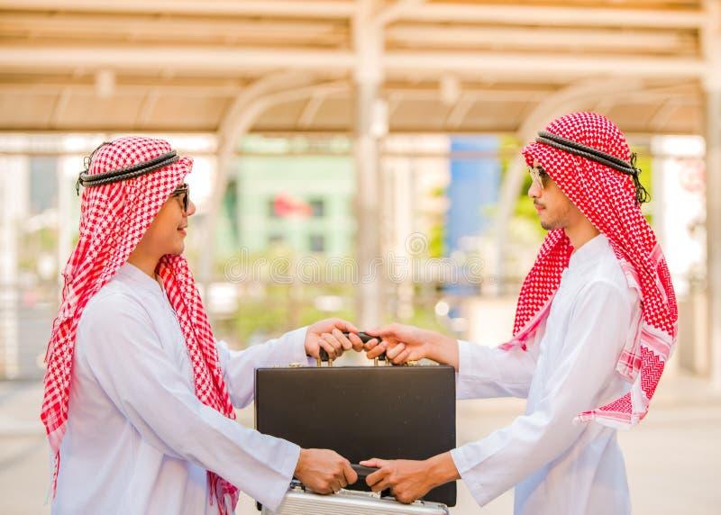 Επιτυχείς αραβικοί επιχειρηματίες που τινάζουν την τσάντα ανταλλαγής χεριών πέρα από μια διαπραγμάτευση στοκ φωτογραφία με δικαίωμα ελεύθερης χρήσης