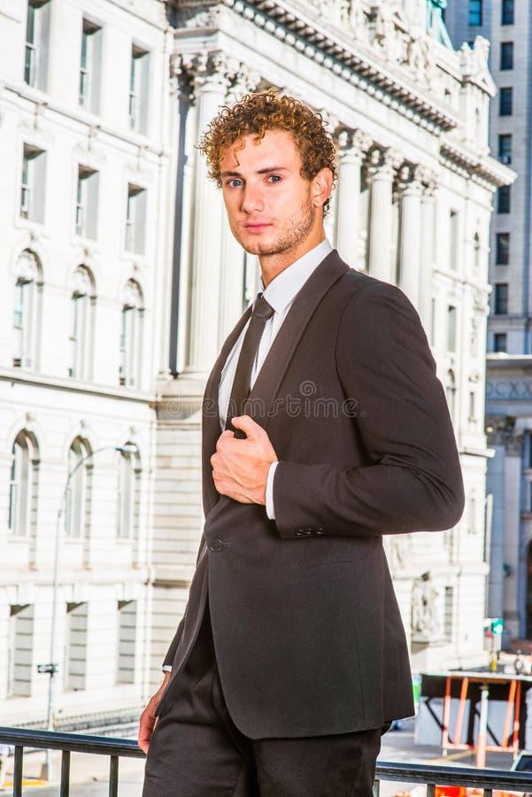 επιτυχείς λευκές νεολαίες πορτρέτου ανασκόπησης απομονωμένες επιχειρηματίας στοκ εικόνες