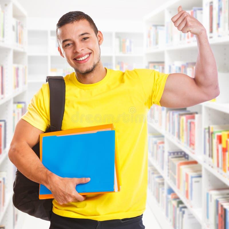 Επιτυχείς τετραγωνικοί ισχυροί άνθρωποι εκπαίδευσης βιβλιοθηκών δύναμης επιτυχίας νεαρών άνδρων σπουδαστών στοκ εικόνες