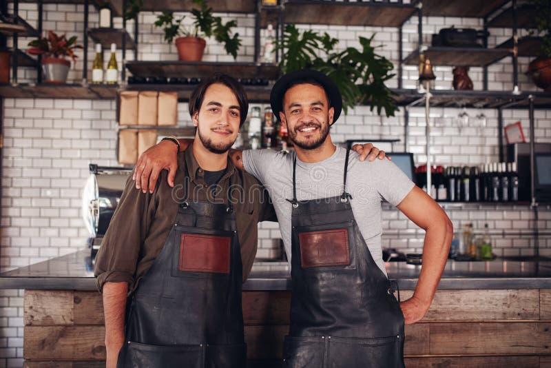 Επιτυχείς τοπικοί ιδιοκτήτες καφετεριών στοκ φωτογραφίες με δικαίωμα ελεύθερης χρήσης