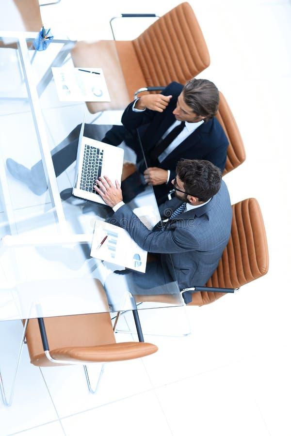 Επιτυχείς υπάλληλοι που συζητούν τα σημαντικά ζητήματα στοκ εικόνα με δικαίωμα ελεύθερης χρήσης