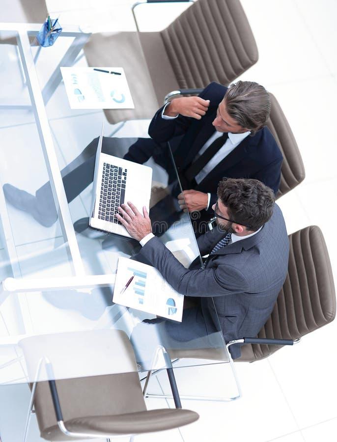 Επιτυχείς υπάλληλοι που συζητούν τα σημαντικά ζητήματα στοκ εικόνες