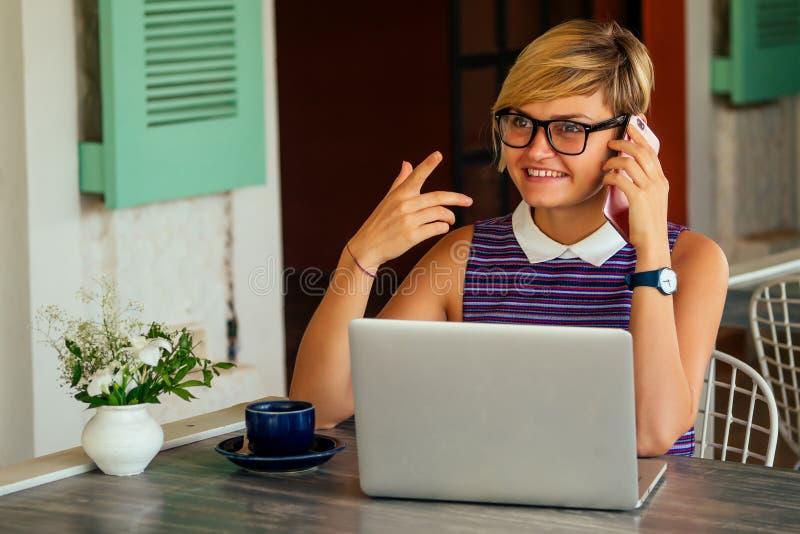 Επιτυχημένη νεαρή γυναίκα μιλάει στο τηλέφωνο κατά τη διάρκεια του διαλείμματος για φαγητό Ειλικρινής εικόνα μιας επιχειρηματίας  στοκ φωτογραφία