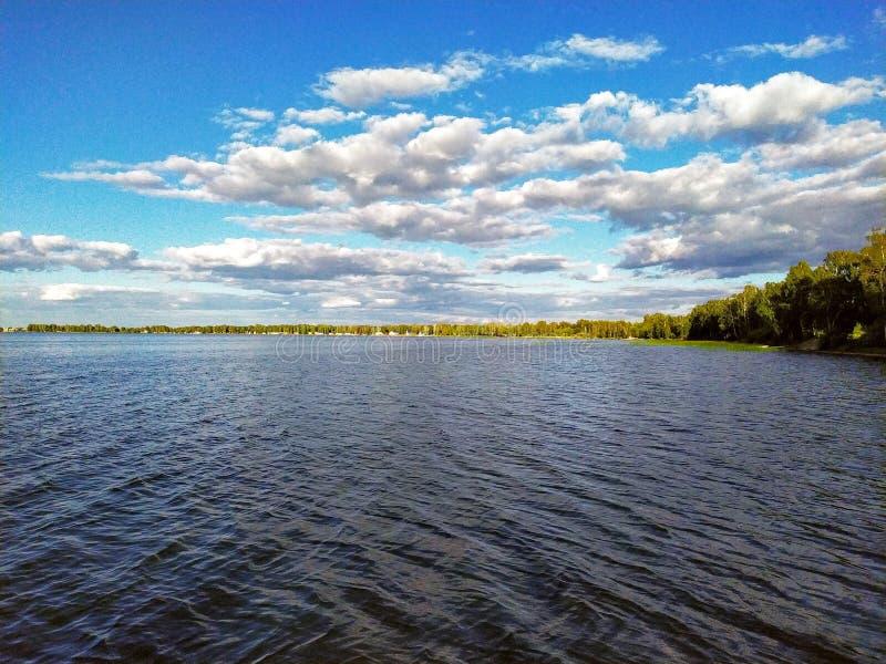 Επιφάνεια ημέρας της λίμνης με τα όμορφα σύννεφα σωρειτών στοκ εικόνα