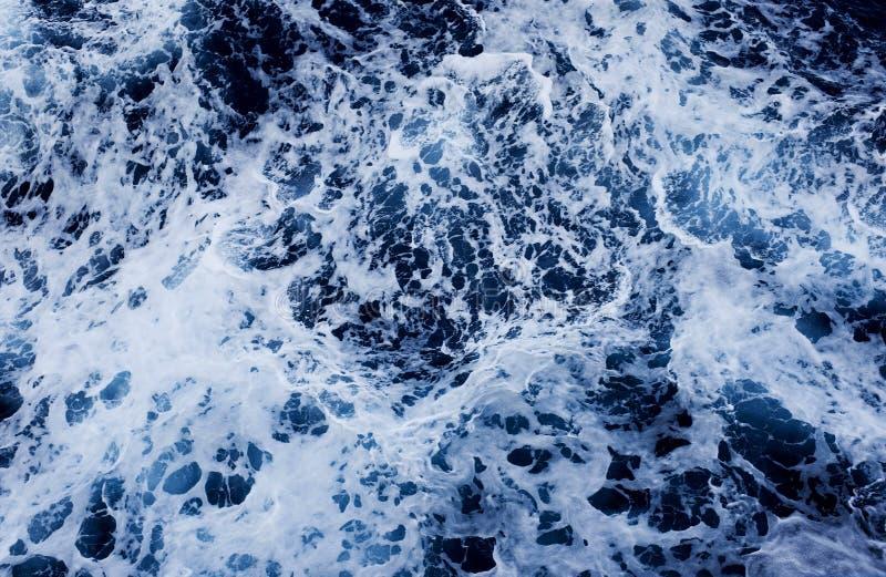 Επιφάνεια θάλασσας με τα κύματα και τον αφρό άποψη άνωθεν, στοκ εικόνες