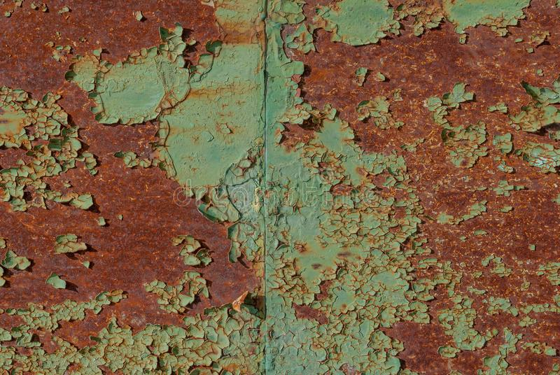 Επιφάνεια του σκουριασμένου σιδήρου με τα υπόλοιπα του παλαιού χρώματος, grunge επιφάνεια μετάλλων, πράσινο υπόβαθρο σύστασης στοκ εικόνα