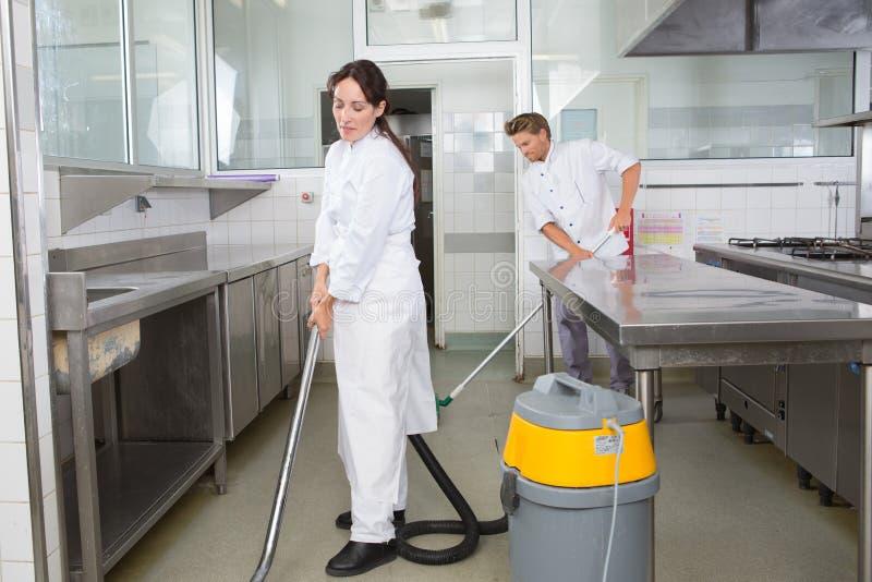 Επιφάνειες και ντουλάπια κουζινών καθαρισμού ζεύγους από κοινού στοκ εικόνες με δικαίωμα ελεύθερης χρήσης