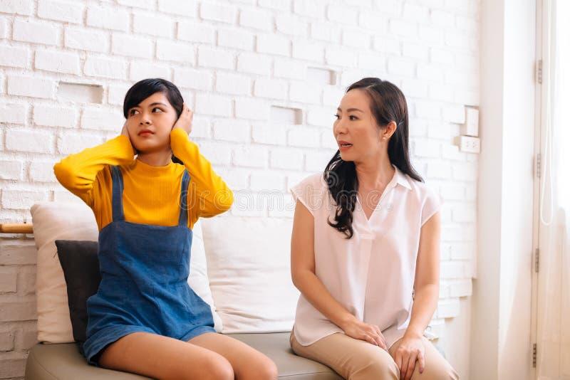 Επιχείρημα μεταξύ του ενοχλημένου ασιατικού έφηβη κόρη και της μέσης ηλικίας μητέρας στοκ φωτογραφία με δικαίωμα ελεύθερης χρήσης