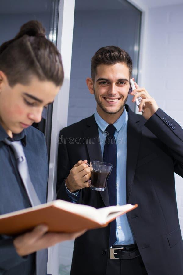 Επιχείρηση ανθρώπων που λειτουργεί στην ομάδα στοκ εικόνα