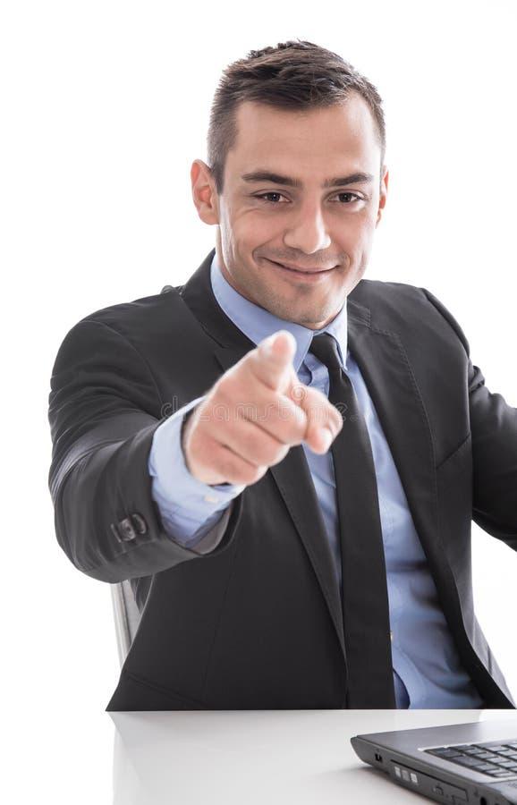 Επιχείρηση: επιτυχές άτομο που χαμογελά και που δείχνει στη κάμερα που απομονώνεται στοκ εικόνες με δικαίωμα ελεύθερης χρήσης