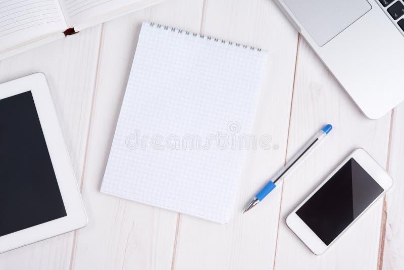 Επιχείρηση εργασιακών χώρων lap-top, PC ταμπλετών, κινητό τηλέφωνο, σημειωματάριο, π στοκ φωτογραφία