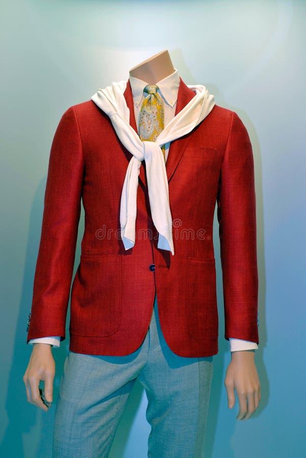 Επιχείρηση ιματισμού, φωτεινό κόκκινο παλτό, άσπρο πουκάμισο και κίτρινος δεσμός, ενδύματα ατόμων στοκ εικόνα με δικαίωμα ελεύθερης χρήσης