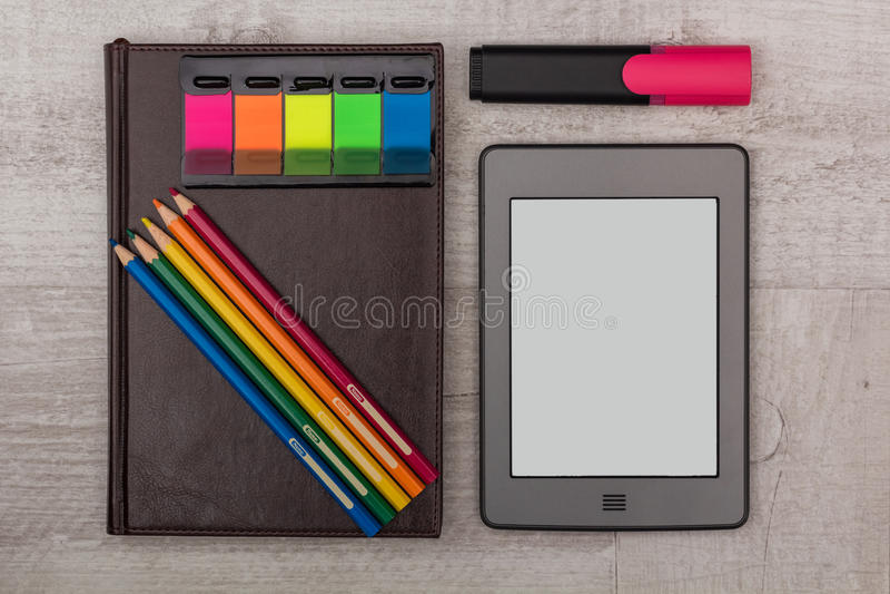 Επιχείρηση καθορισμένη: ημερολόγιο, ένα eBook με τα κραγιόνια και δείκτης στοκ εικόνες