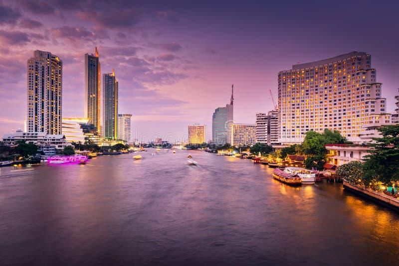 Επιχείρηση κεντρικός και όχθη ποταμού εικονικής παράστασης πόλης της πόλης της Μπανγκόκ στη σκηνή ηλιοβασιλέματος λυκόφατος, τον  στοκ φωτογραφία