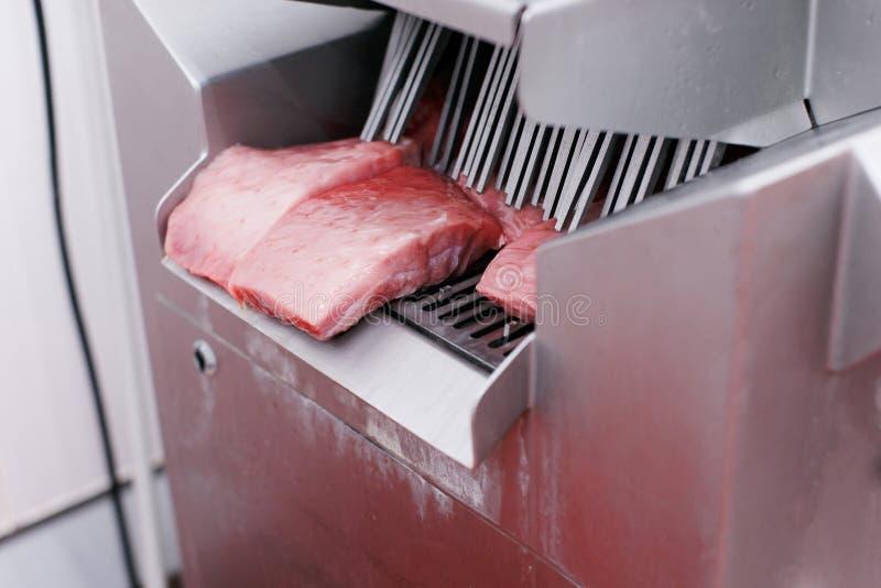 Επιχείρηση κρέατος, βιομηχανία Ακατέργαστες περικοπές του κιμά, που εισάγονται σε μια εισαγωγική πλύση στη διαδικασία παραγωγής κ στοκ εικόνες με δικαίωμα ελεύθερης χρήσης