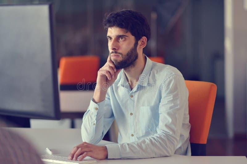 Επιχείρηση, ξεκίνημα και έννοια ανθρώπων - επιχειρηματίας ή δημιουργικός εργαζόμενος γραφείων αρσενικών με τον καφέ κατανάλωσης υ στοκ φωτογραφία με δικαίωμα ελεύθερης χρήσης