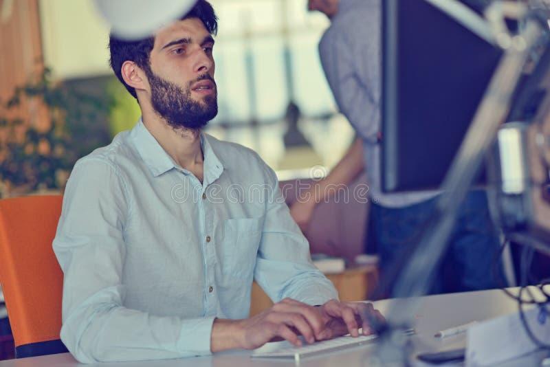 Επιχείρηση, ξεκίνημα και έννοια ανθρώπων - επιχειρηματίας ή δημιουργικός εργαζόμενος γραφείων αρσενικών με τον καφέ κατανάλωσης υ στοκ εικόνα με δικαίωμα ελεύθερης χρήσης