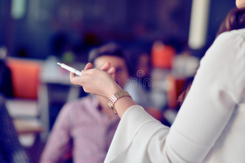 Επιχείρηση, ξεκίνημα, παρουσίαση, στρατηγική και έννοια ανθρώπων - θηλυκό στην παρουσίαση με τη ομάδα ανθρώπων στο γραφείο στοκ φωτογραφία