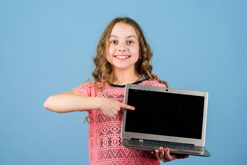 Επιχείρηση ξεκινήματος ανάπτυξη παιδιών στη ψηφιακή εποχή Σερφ Διαδικτύου παιχνιδιού ευτυχές μικρό κορίτσι με το σημειωματάριο r στοκ εικόνες με δικαίωμα ελεύθερης χρήσης
