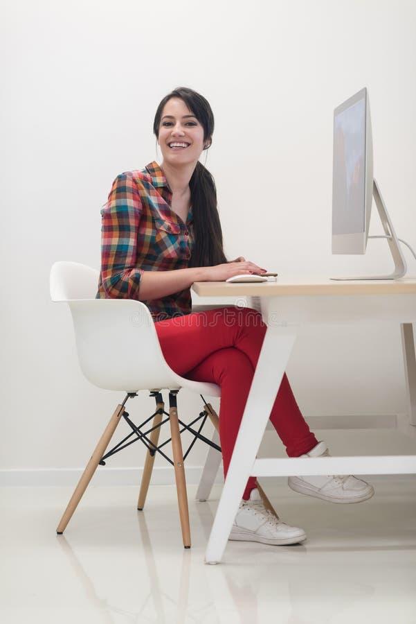 Επιχείρηση ξεκινήματος, γυναίκα που λειτουργεί στον υπολογιστή γραφείου στοκ φωτογραφία με δικαίωμα ελεύθερης χρήσης