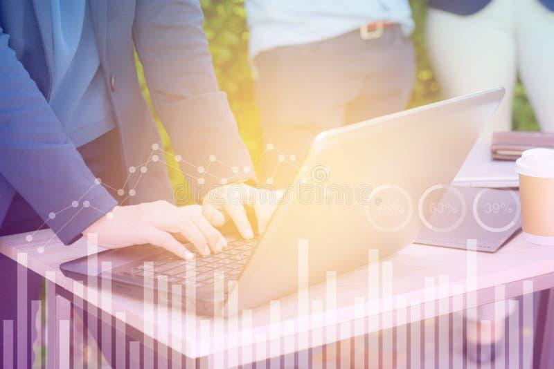 Επιχείρηση οικονομική και έννοια εργασίας τεχνολογίας Χέρι γυναικών που χρησιμοποιεί τη διπλή έκθεση σημειωματάριων στοκ φωτογραφίες με δικαίωμα ελεύθερης χρήσης