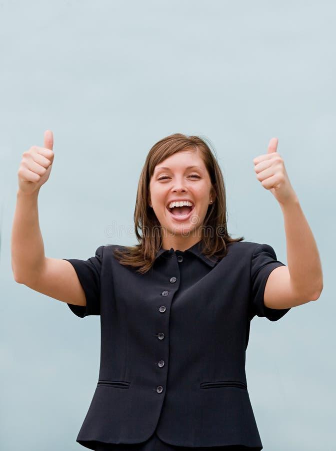 επιχείρηση που δίνει τους αντίχειρες δύο επάνω στη γυναίκα στοκ φωτογραφίες με δικαίωμα ελεύθερης χρήσης