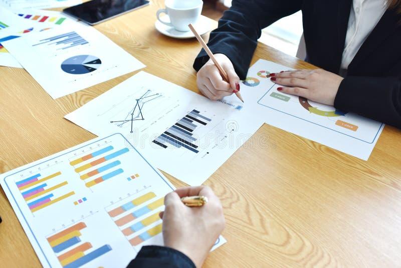 Επιχείρηση Πρόγραμμα ξεκινήματος Η παρουσίαση ιδέας, αναλύει τα σχέδια στοκ εικόνες
