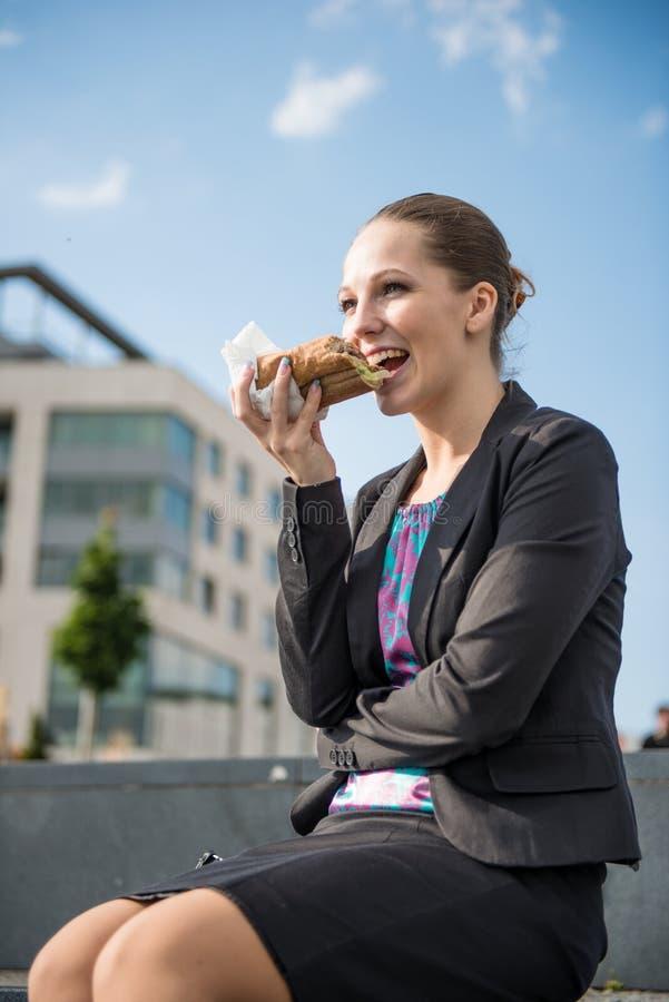 επιχείρηση σπασιμάτων που τρώει τη γυναίκα στοκ φωτογραφία