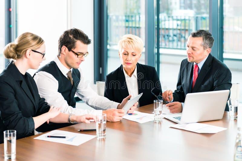 Επιχείρηση - συνεδρίαση στην αρχή, άνθρωποι που εργάζονται με το έγγραφο στοκ εικόνες