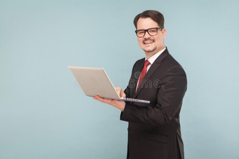 Επιχείρηση, συσκευές, τεχνολογίες Άτομο που εργάζεται στην κορυφή περιτυλίξεων στοκ εικόνα με δικαίωμα ελεύθερης χρήσης