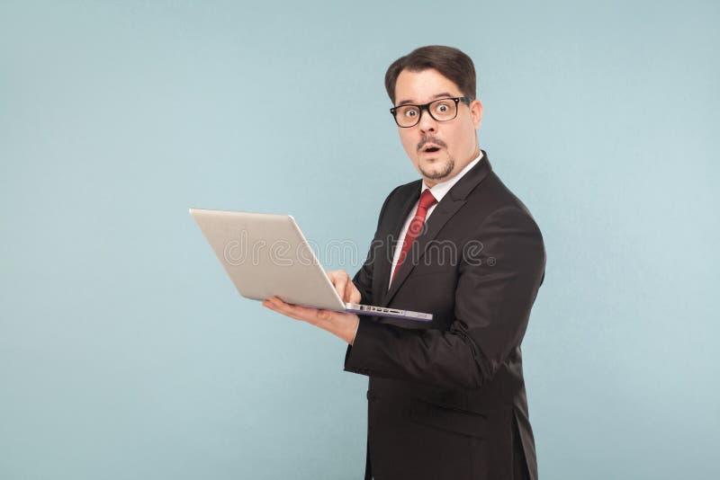Επιχείρηση, συσκευές, τεχνολογίες Άτομο στο shok Βιβλίο σημειώσεων εκμετάλλευσης στοκ εικόνα με δικαίωμα ελεύθερης χρήσης