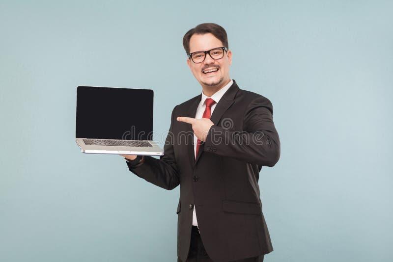 Επιχείρηση, συσκευές, τεχνολογίες Επιχειρηματίας που δείχνει στο όργανο ελέγχου στοκ φωτογραφίες με δικαίωμα ελεύθερης χρήσης