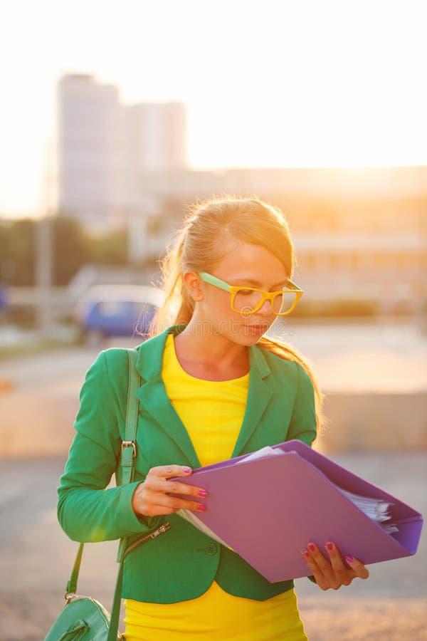 Επιχείρηση Το κορίτσι κρατά έναν φάκελλο στοκ εικόνες