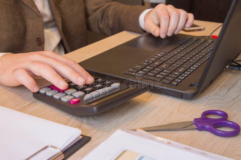 Επιχείρηση χρηματοδότησης και λογιστικής Νέα χρηματοδότηση Bill υπολογισμού επιχειρηματιών στην αρχή Μάνδρα στους απολογισμούς γρ στοκ φωτογραφίες