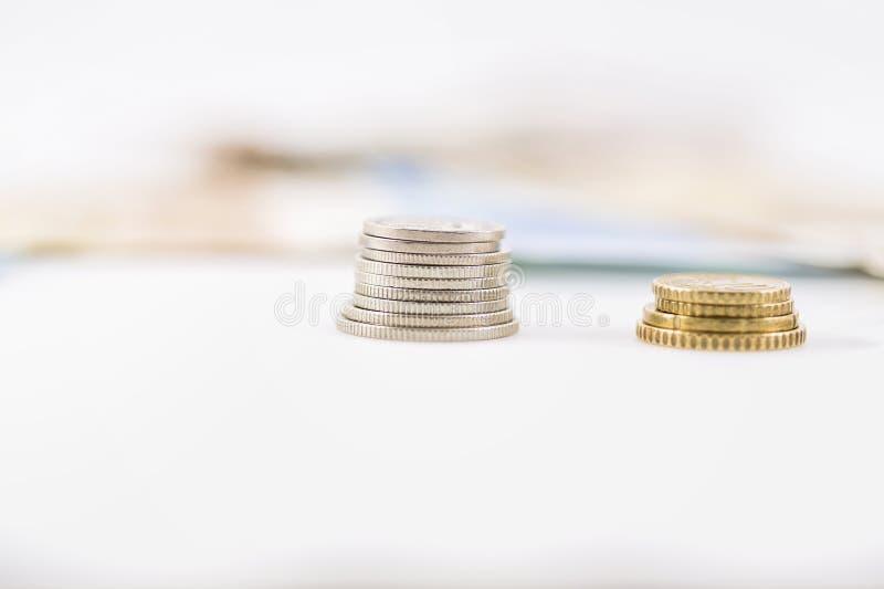 Download Επιχείρηση, χρηματοδότηση, επένδυση, αποταμίευση και έννοια μετρητών - κλείστε επάνω των ευρο- χρημάτων και των νομισμάτων εγγράφ Στοκ Εικόνα - εικόνα από πλούσιος, δωροδοκία: 62722451