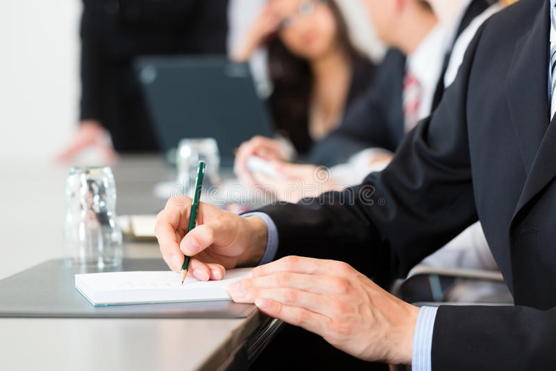 Επιχείρηση - businesspeople, συνάντηση και παρουσίαση στην αρχή στοκ φωτογραφίες