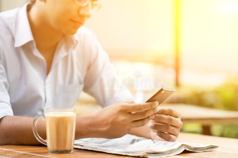 Επιχείρηση, smartphone και εφημερίδα στοκ εικόνες